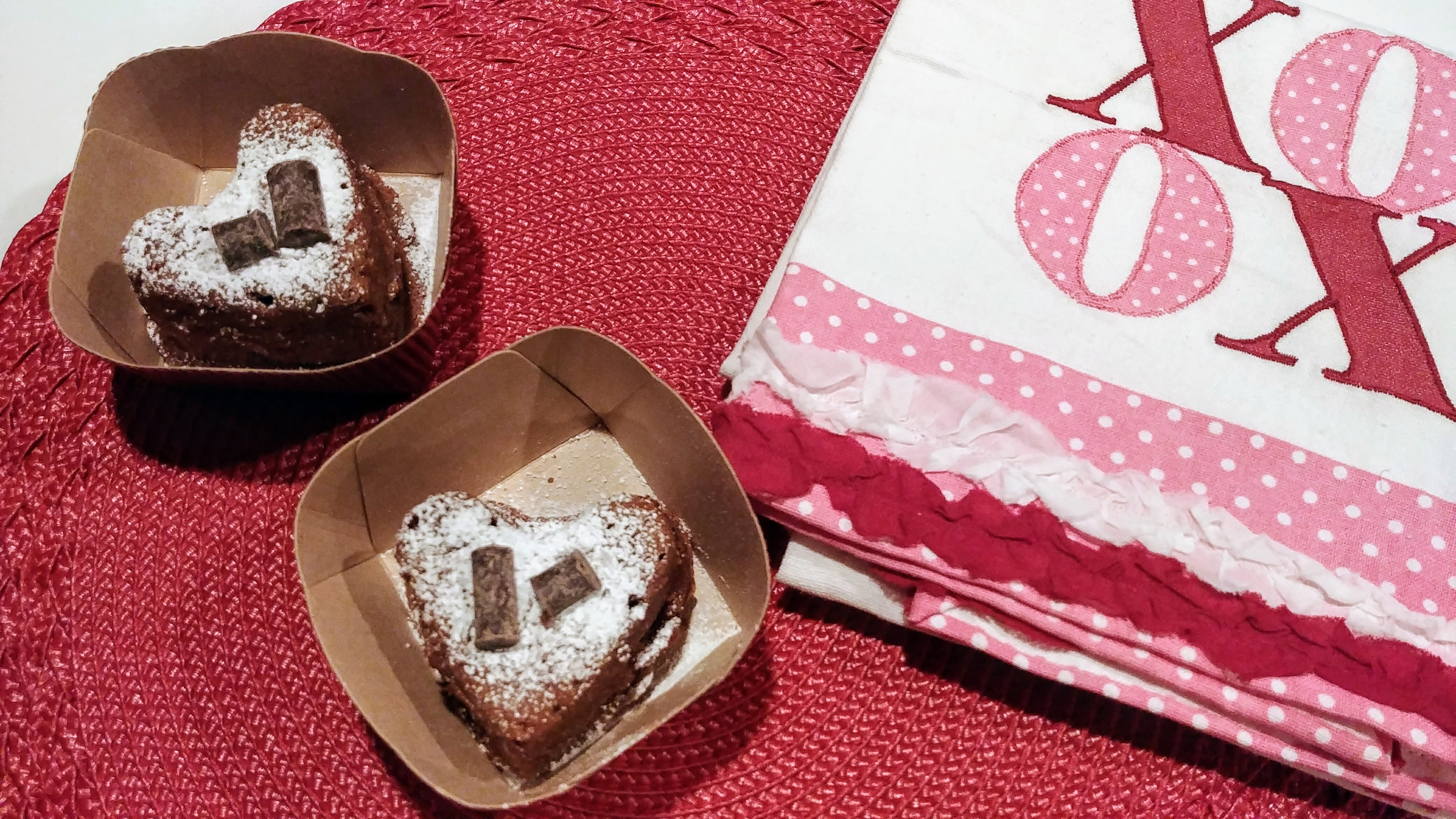 Cakelets in to go container with XOXO dish towel